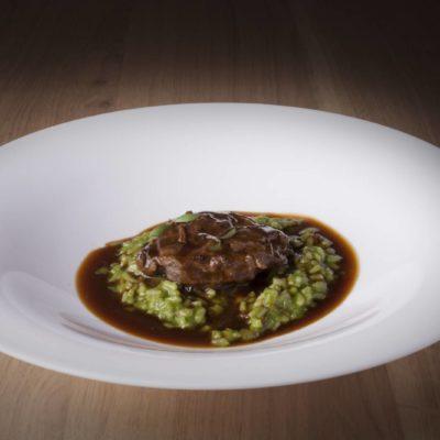 Carrilleras de cerdo ibérico guisadas con soja y mirin, arroz cremoso de cilantro