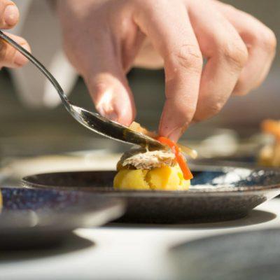 Comida Nikkei en plato restaurante Mixtura