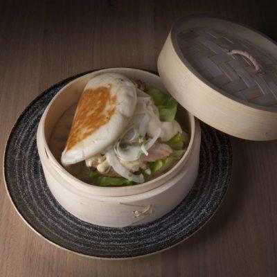 Pan Bao de panceta, salsa criolla, aji y mostaza Dijon