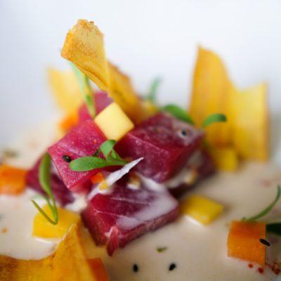 Cebiche de atún rojo con leche de coco, chifles, boniato y mango verde (12)