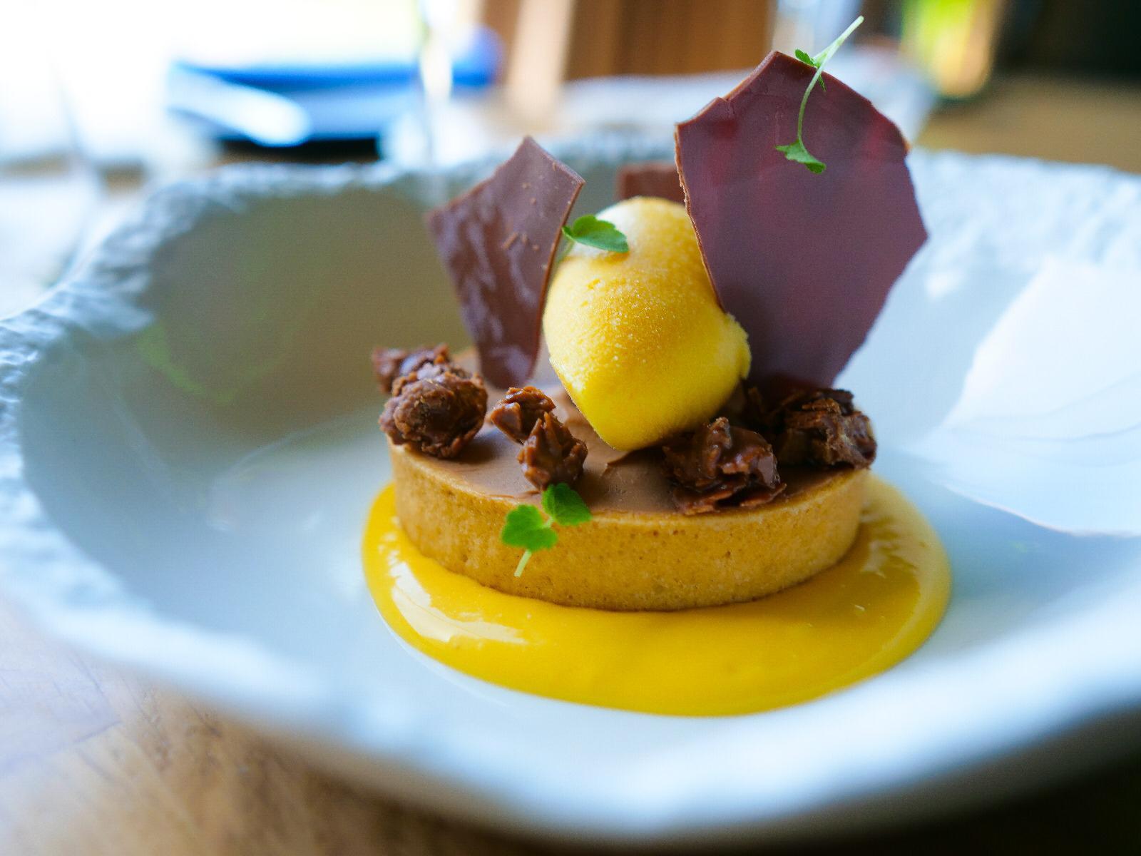 de emociones: Tartaleta de caramelo de Pisco y texturas de mango
